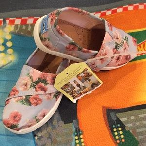 NWT Toms Toddler shoes, size 6